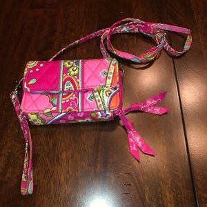can be used as wristlet or off the shoulder wallet